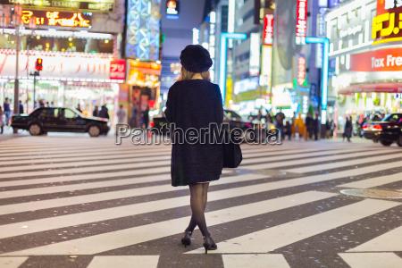donna solitaria a shinjuku tokyo giappone