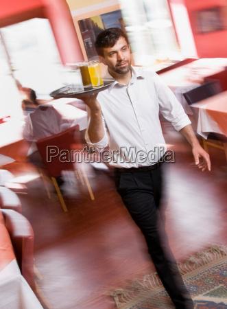 cameriere maschio con bevande in mano