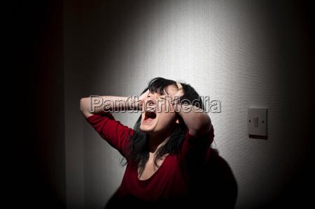 donna che grida in casa
