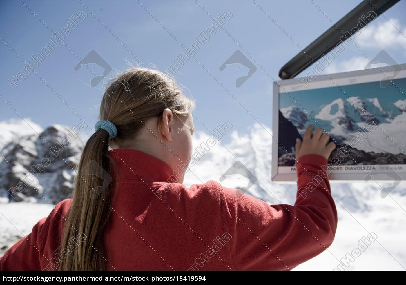 ragazza, guardandosi, intorno, in, zona, montuosa - 18419594