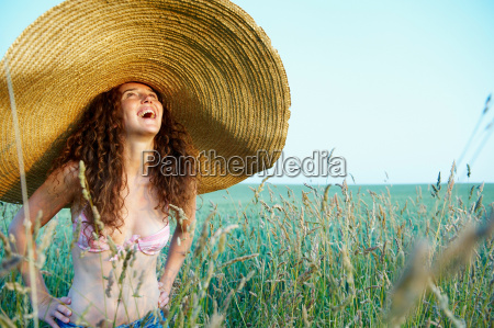 woman with hat in a wheat
