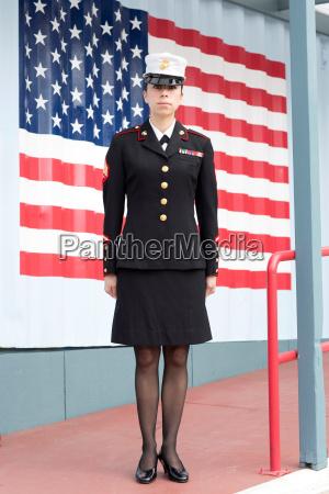 donna gonna ritratto uniforme allaperto in