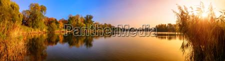 tramonto su un lago un panorama