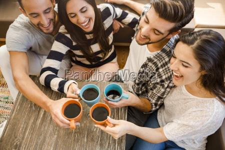 bere festeggiare festeggia tazze contento felice