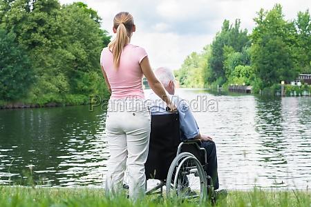 sedia a rotelle ruota giorno durante