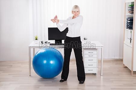 donna di affari che fa esercitazione