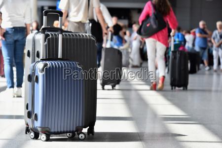 due valigie da viaggio in plastica