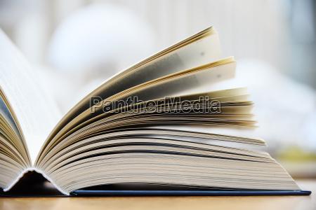 libro copertina rigida sdraiato sul tavolo