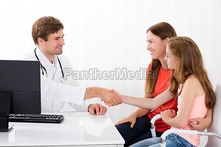 dottore medico mano clinica paziente capretto