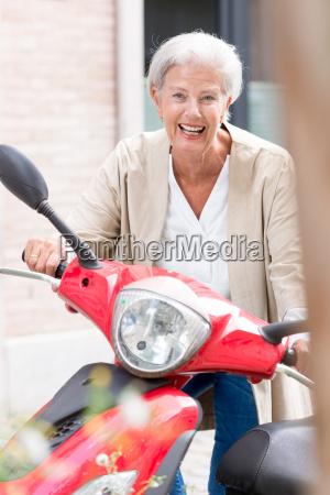 donna persona motocicletta anziano