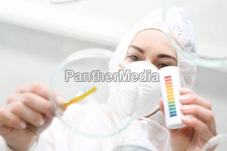 il chimico esamina il campione dacqua