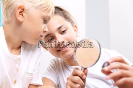 dzieci ogladaja mineraly lupa pod