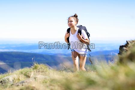 escursione in montagna a piedi lungo