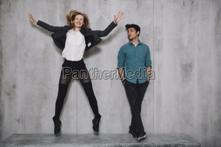 coppia di fronte a muro di