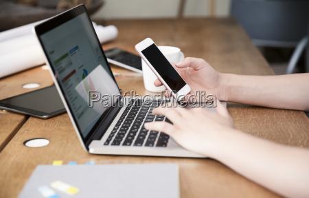 la donna alla scrivania con laptop