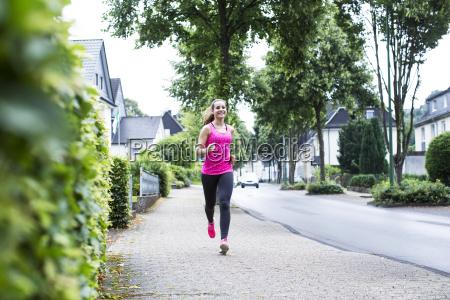 sorridente giovane donna jogging