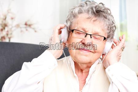 la nonna ascolta la musica