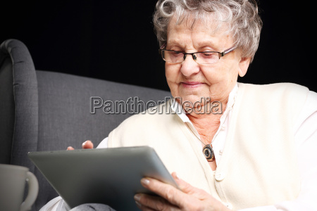 nonna e computer donna matura con