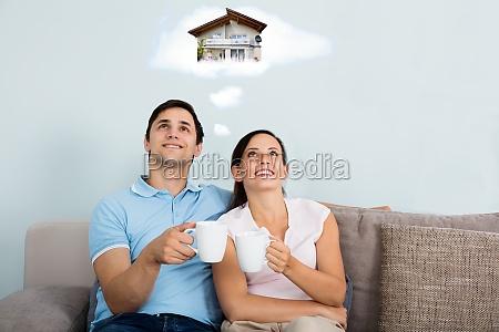 coppia sognando di avere una casa