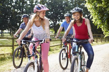 famiglia con bambini adolescenti sul giro