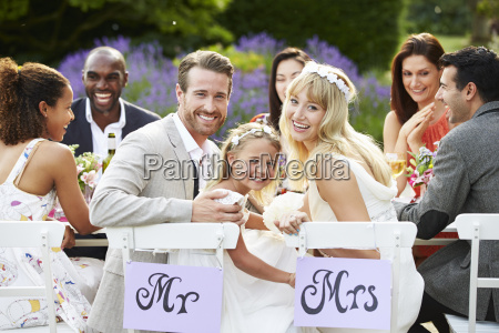 sposa e sposo con damigella donore