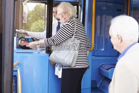 senior couple boarding bus e utilizzo