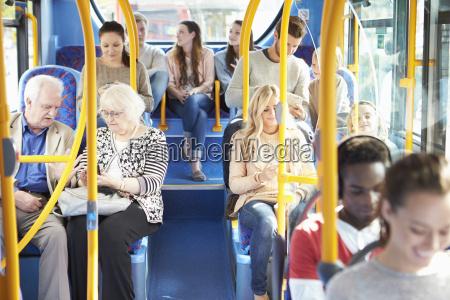 interno di bus con i passeggeri