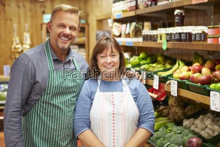 due assistenti alla vendita al contatore
