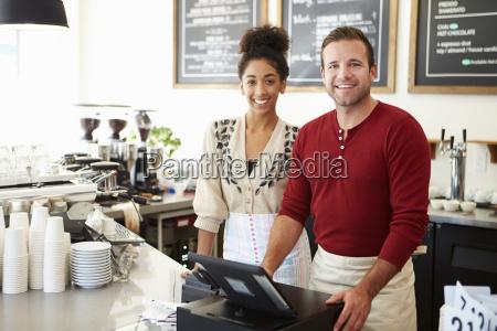 personale maschio e femminile nel caffetteria