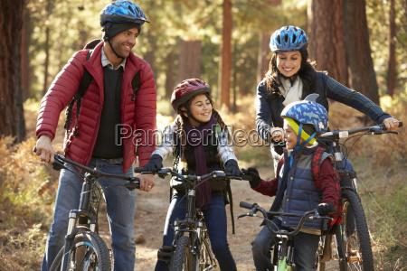 famiglia ispanica in bicicletta in una