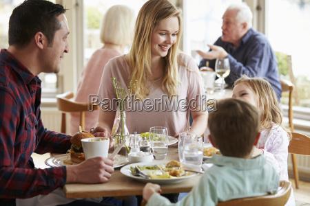 famiglia godendo pasto in ristorante insieme