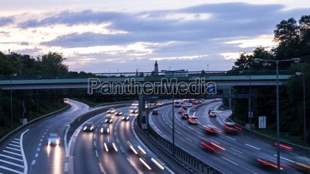 automobili in autostrada