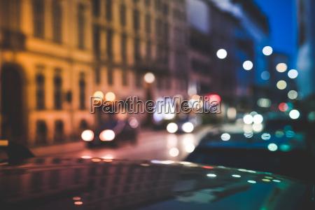 strada trafficata di nottemilanoitalia