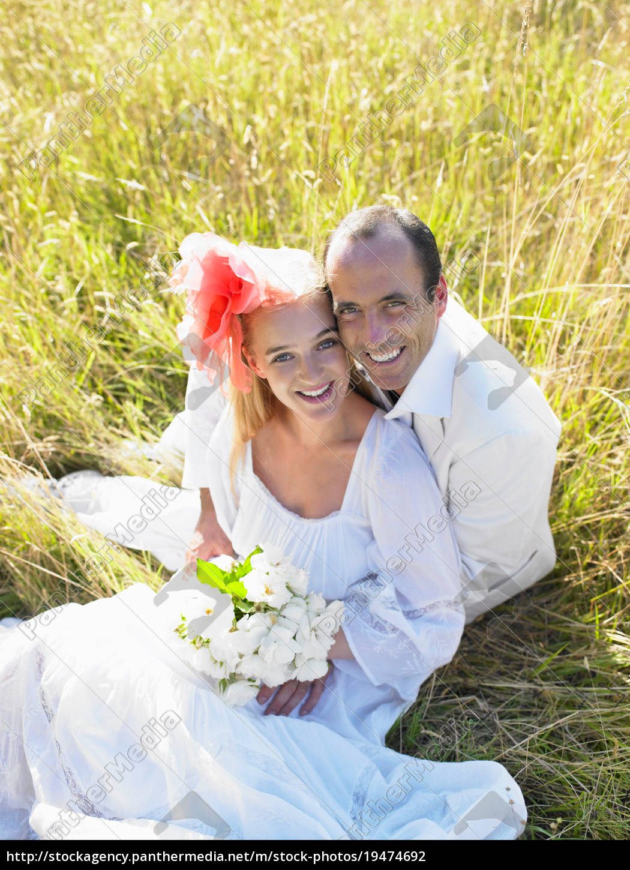 coppia, sposata, seduta, in, un, campo - 19474692