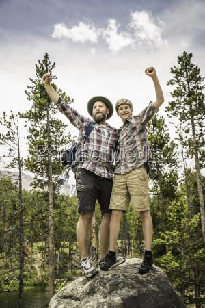 padre e figlio nel bosco in