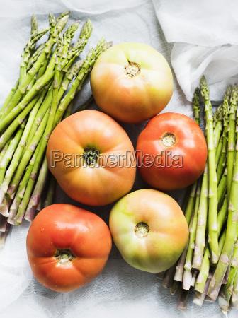 still life di asparagi e pomodori