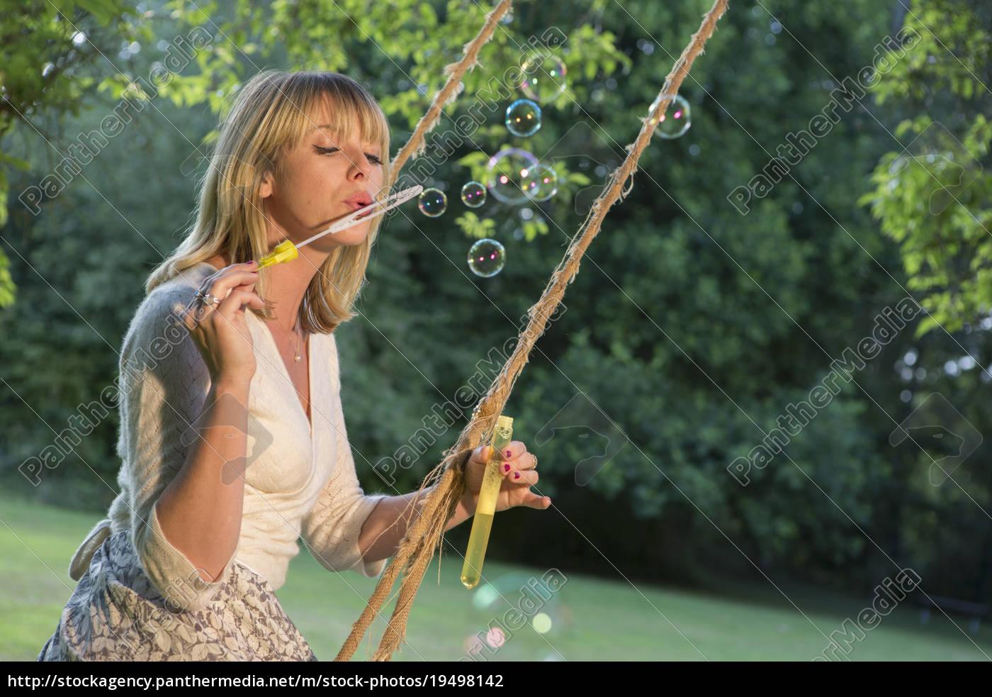 donna, su, altalena, che, soffia, bolle - 19498142