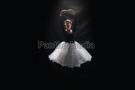 ballerina su sfondo nero
