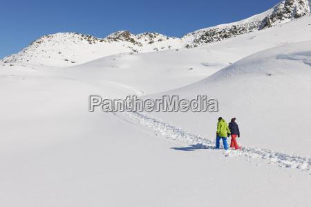coppia, che, cammina, nella, neve, kuhtai, austria - 19512944
