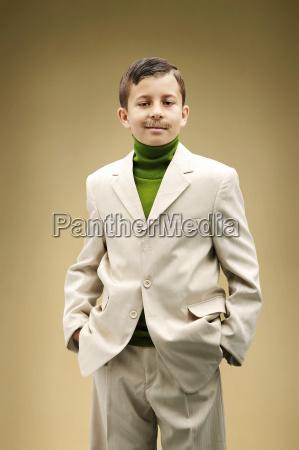 giovane ragazzo vestito in abito beige