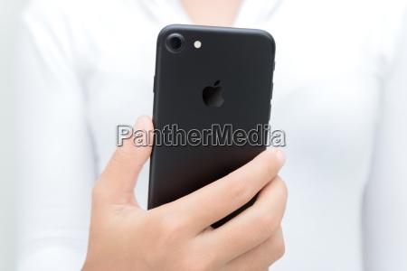 primo piano donna mano tenere iphone