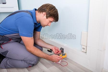 elettricista di controllo della tensione della