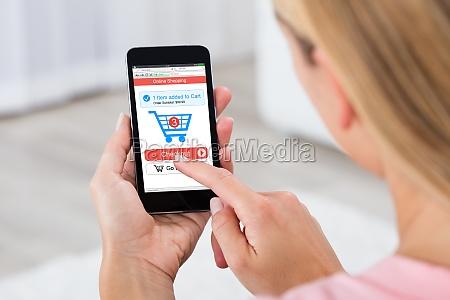 donna shopping online utilizzando il telefono