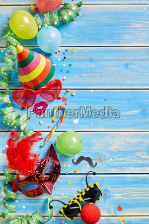 oggetti colorati di partito su sfondo