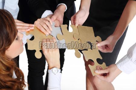 un gruppo di persone presenta oro