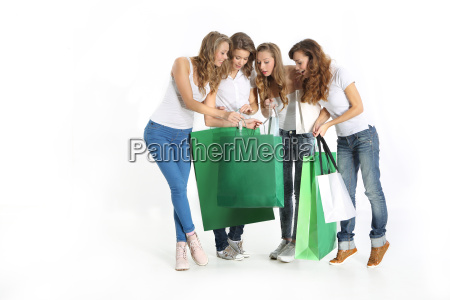 gruppo di belle amiche shopping insieme