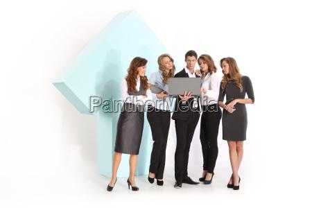 un gruppo di giovani lavoratori sotto