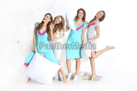 attraente giovane donna in pigiama gruppo
