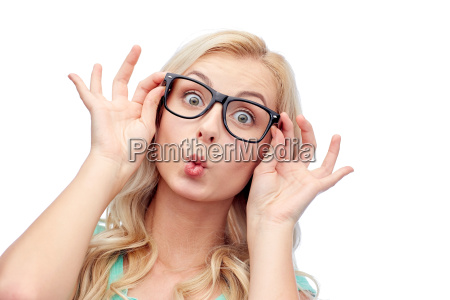 felice giovane donna in occhiali facendo