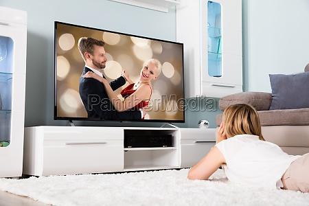donna schermo tv televisione coppia film